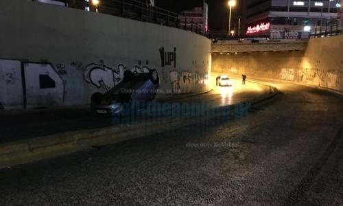 Από θαύμα σώθηκαν οδηγός & συνοδηγός - Ανατράπηκε το όχημα τους στην υπόγεια γέφυρα προς Αμφιθέας [ΒΙΝΤΕΟ]