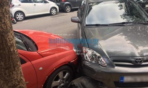 Τρελό ΙΧ εμβόλισε οχήματα στην Καλλιθα -