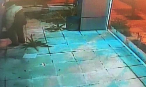 Άστεγος σε αμόκ στην Καλλιθέα καταστρέφει ότι βρει μπροστά του [ΒΙΝΤΕΟ]